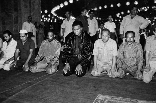 Мусульманин и боксер Мухаммад Али читает намаз