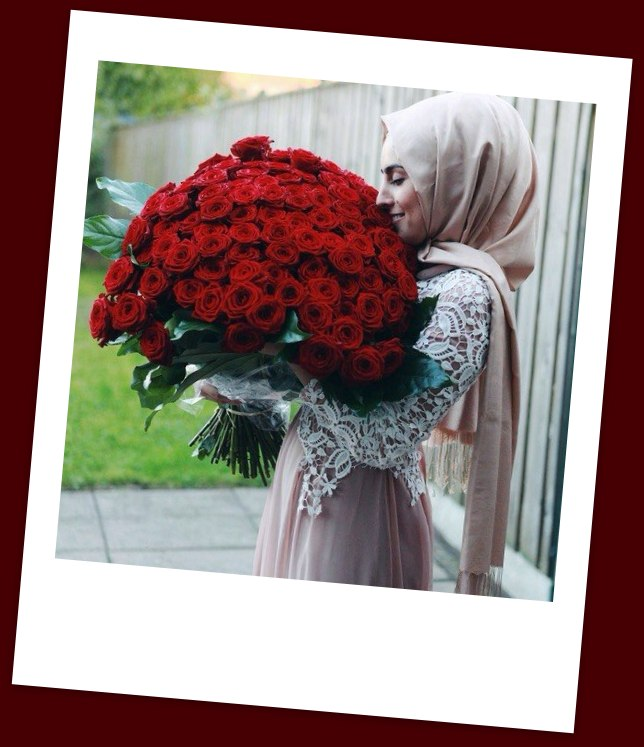 Мусульманка с букетом цветов